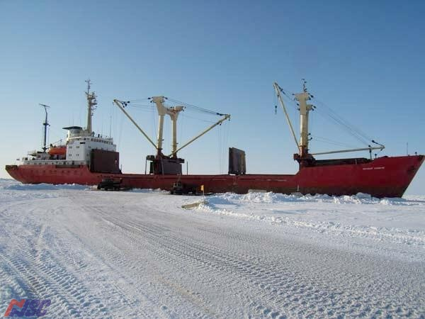 "m/v  ""Tekhnolog Konyukhov"" - the self-discharging on to ice piers"