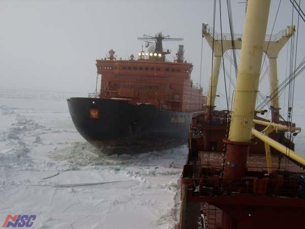 Pricking of the vessel with the help of an icebreaker